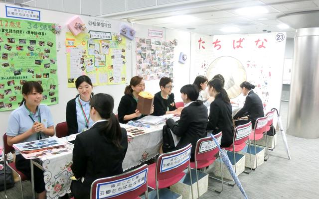 先生の話を聞く学生たち