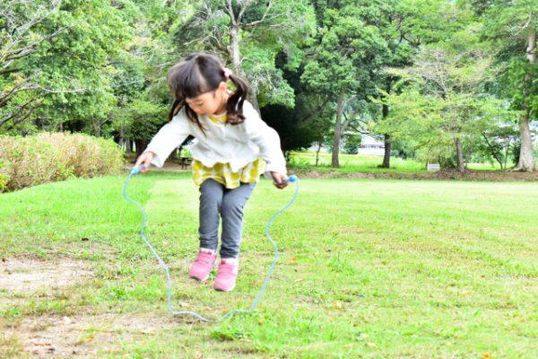 幼稚園実習でやってみよう!年中・年長向け縄跳びを使って運動遊び