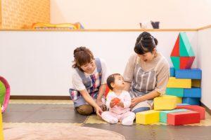 園児の視点に立って活動をサポートしている保育士