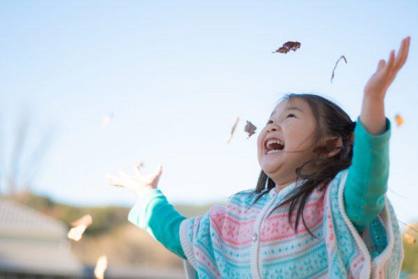 秋の戸外遊びは自然を生かして♪ 落ち葉 で楽しむ遊びのアイディア7選